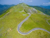 ドローンによる四国カルストの放牧と山並み 22451035451| 写真素材・ストックフォト・画像・イラスト素材|アマナイメージズ