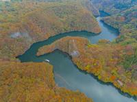 ドローンによる秋の帝釈峡と神竜湖 22451035464| 写真素材・ストックフォト・画像・イラスト素材|アマナイメージズ