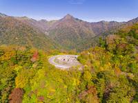 ドローンによる霊峰石鎚山と紅葉 22451035473| 写真素材・ストックフォト・画像・イラスト素材|アマナイメージズ