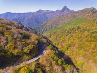 ドローンによる霊峰石鎚山と紅葉 22451035476| 写真素材・ストックフォト・画像・イラスト素材|アマナイメージズ