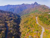 ドローンによる霊峰石鎚山と紅葉 22451035478| 写真素材・ストックフォト・画像・イラスト素材|アマナイメージズ
