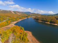 ドローンによる恩原湖と恩原高原の紅葉 22451035504| 写真素材・ストックフォト・画像・イラスト素材|アマナイメージズ