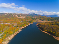 ドローンによる恩原湖と恩原高原の紅葉 22451035507| 写真素材・ストックフォト・画像・イラスト素材|アマナイメージズ