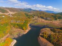 ドローンによる恩原湖と恩原高原の紅葉 22451035509| 写真素材・ストックフォト・画像・イラスト素材|アマナイメージズ