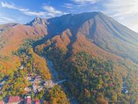 ドローンによる大山北壁の紅葉 22451035518| 写真素材・ストックフォト・画像・イラスト素材|アマナイメージズ