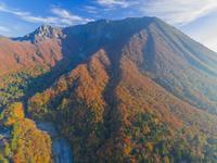 ドローンによる大山北壁の紅葉 22451035520| 写真素材・ストックフォト・画像・イラスト素材|アマナイメージズ