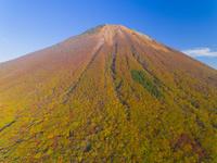 ドローンによる伯耆大山の紅葉 22451035521| 写真素材・ストックフォト・画像・イラスト素材|アマナイメージズ