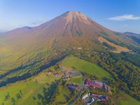 ドローンによる伯耆大山の紅葉 22451035522| 写真素材・ストックフォト・画像・イラスト素材|アマナイメージズ
