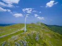 ドローンによる四国カルストと風力発電 22451035538| 写真素材・ストックフォト・画像・イラスト素材|アマナイメージズ