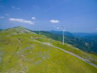 ドローンによる四国カルストと風力発電 22451035539| 写真素材・ストックフォト・画像・イラスト素材|アマナイメージズ