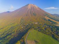 ドローンによる伯耆大山の紅葉 22451035558| 写真素材・ストックフォト・画像・イラスト素材|アマナイメージズ