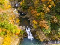 ドローンによる三段峡の三段滝と紅葉 22451035560| 写真素材・ストックフォト・画像・イラスト素材|アマナイメージズ