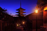 八坂の塔 夜景 22456002307| 写真素材・ストックフォト・画像・イラスト素材|アマナイメージズ