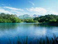 新緑の毘沙門沼と磐梯山