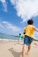 海岸を走る子供達