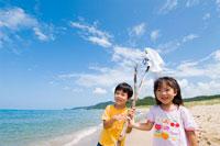 海岸で冒険中の子供達