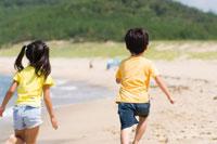 海岸で遊んでいる子供達
