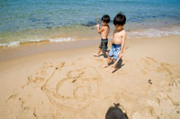 海岸で遊んでいる少年