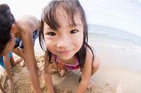 浜辺で遊ぶ子供達