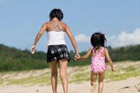 浜辺を歩く少女達