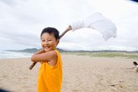 浜辺で遊ぶ少年