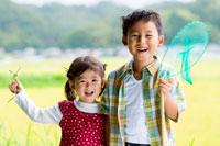 田んぼで遊ぶ子供達