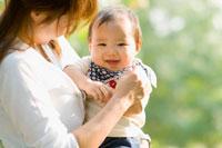 公園で抱かれる赤ちゃん