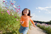 お花畑で遊ぶ少女