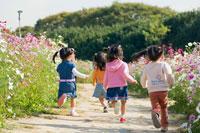 お花畑で遊ぶ少女達