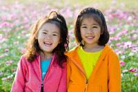お花畑で遊ぶ子供達