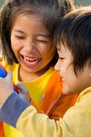 高原で遊ぶ子供達