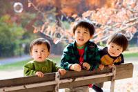 秋の公園で遊ぶ赤ちゃん達