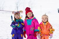 雪山で遊ぶ女の子達
