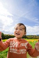 お花畑で微笑む男の子