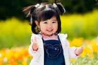 お花畑で微笑む女の子