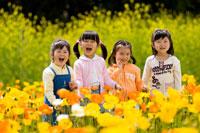 お花畑で微笑む女の子達