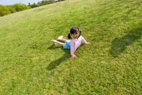 芝生の上に寝転ぶ女の子