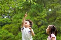 公園で遊ぶ女の子と男の子