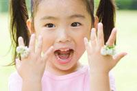 シロツメクサの指輪を付けた女の子