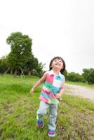 芝生で遊ぶ男の子
