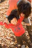 公園で遊ぶ母親と男の子