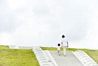 階段を上る男の子と父親