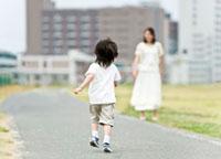母親に駆け寄る男の子