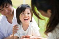 公園で遊ぶ男の子と家族