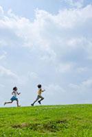 丘の上を走る子ども