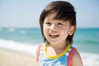 砂浜にいるの笑顔の男の子