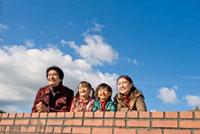 空を見つめる家族