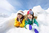 雪山で遊ぶ女の子と男の子