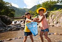 川で網を持つ女の子