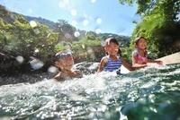 川に飛び込んで遊ぶ子どもたち